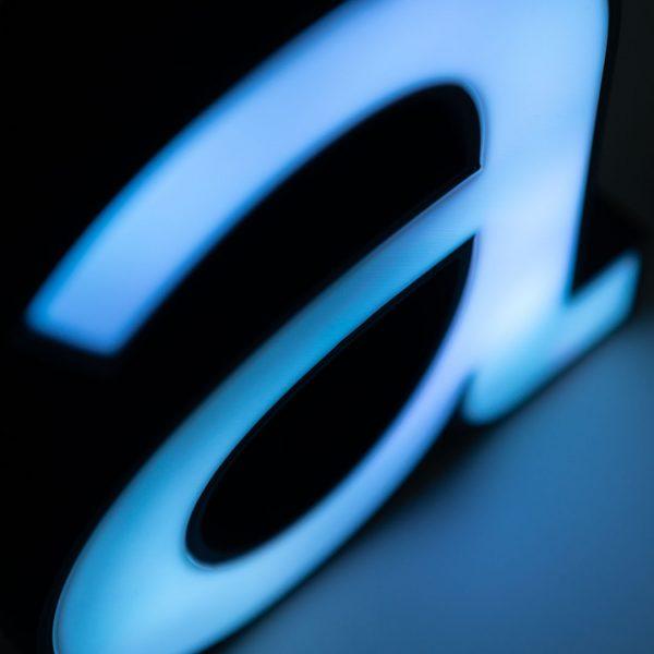 Nahaufnahme eines blau beleuchteten Buchstaben a