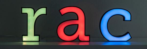 Die Buchstaben r, a und c beleuchtet